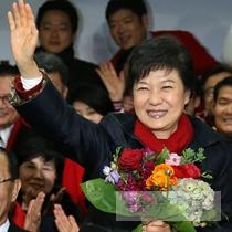 헌정사상 최초의여성 대통령, 최초의 부녀 대통령 박근혜,보수 진영 정권 재창출 성공했다.